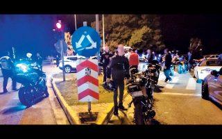 Στην αφαίρεση 45 αδειών οδήγησης, 61 αδειών κυκλοφορίας και 60 πινακίδων κυκλοφορίας προχώρησαν αστυνομικοί της Τροχαίας Αττικής, οι οποίοι το βράδυ της Δευτέρας πραγματοποίησαν επιχείρηση «σκούπα» για αυτοσχέδιους αγώνες αυτοκινήτων και μοτοσικλετών στη λεωφόρο Βάρης - Σουνίου.