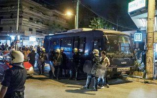 Ισχυρές αστυνομικές δυνάμεις βρίσκονταν χθες το βράδυ στην πλατεία Αγίου Ιωάννη στην Αγία Παρασκευή προκειμένου να ενημερώσουν τους πολίτες για το κλείσιμο της περιοχής στη διάρκεια της νύχτας, το οποίο αποφάσισε η κυβέρνηση μετά τα προχθεσινά επεισόδια.