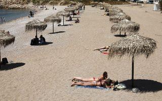 Η πανδημία επιτάσσει αποστάσεις και στις παραλίες. Ο Δήμος Γλυφάδας έσπευσε να αναμορφώσει την κεντρική παραλία προσαρμόζοντας τις αποστάσεις ανάμεσα στις ομπρέλες στα νέα δεδομένα, για την καλύτερη προστασία από τον κορωνοϊό. Πάντως, οι ειδικοί συνιστούν στις οργανωμένες παραλίες ακόμα και απολύμανση στις ξαπλώστρες και 20λεπτο κενό πριν από τη νέα χρήση τους.