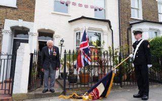 Bετεράνος του βασιλικού ναυτικού της Βρετανίας ο Τσαρλς Μέντχερστ, τηρεί έξω από το σπίτι του δύο λεπτών σιγή, ανήμερα την 75η επέτειο από τη νίκη των Συμμάχων στον Β΄ Παγκόσμιο Πόλεμο. Η Ημέρα Νίκης στην Ευρώπη γιορτάζει την άνευ όρων συνθηκολόγηση της ναζιστικής Γερμανίας στις 8 Μαΐου 1945. Το Ηνωμένο Βασίλειο σίγησε χθες για δύο λεπτά, τιμώντας την επέτειο εν μέσω πανδημίας.