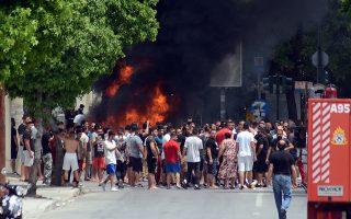 Ομάδα κατοίκων του οικισμού Ρομά στη Νέα Σμύρνη Λάρισας έβαλε φωτιά σε διάφορα σημεία και ακολούθησε μεγάλη ένταση, με αποτέλεσμα το συνεργείο του ΕΟΔΥ να αποχωρήσει.