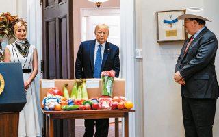Στη φωτογραφία, ο Αμερικανός πρόεδρος σε εκδήλωση με αγρότες και κτηνοτρόφους, στον Λευκό Οίκο.