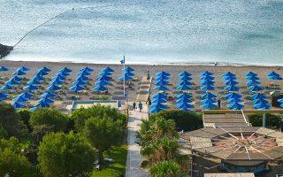 Καθώς η χώρα ανοίγει σταδιακά τα σύνορα για να υποδεχθεί ξένους επισκέπτες, η ανακοίνωση των γαλάζιων σημαιών, χθες, ήρθε να αθροίσει ένα ακόμη «συν» στους λόγους για τους οποίους αποτελεί κορυφαίο τουριστικό προορισμό. Σε 47 χώρες από όλο τον κόσμο, η Ελλάδα καταλαμβάνει τη δεύτερη θέση, με 497 ακτές να έχουν βραβευθεί με τη σχετική πιστοποίηση. Χαλκιδική, Ρόδος και Κρήτη ξεχωρίζουν στην κορυφή της λίστας.