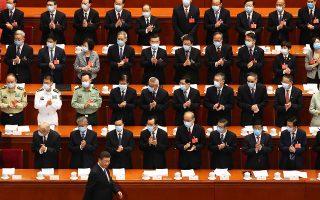 Χειροκροτούμενος από 5.000 συνέδρους που φορούν μάσκες, ο ηγέτης της Κίνας Σι Τζινπίνγκ προσέρχεται στην έναρξη της ετήσιας συνόδου της Λαϊκής Εθνοσυνέλευσης, στο Πεκίνο. Η πολυπληθής σύνοδος έστειλε μήνυμα αυτοπεποίθησης της κινεζικής ηγεσίας, καθώς η χώρα επιστρέφει σε ομαλούς ρυθμούς οικονομικής δραστηριότητας. Αντιδράσεις προκαλεί νομοσχέδιο για ενίσχυση των δυνατοτήτων παρέμβασης των κινεζικών υπηρεσιών ασφαλείας στην αυτόνομη περιοχή του Χονγκ Κονγκ.