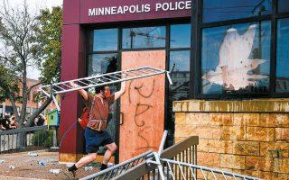 Εκρυθμη είναι η κατάσταση στη Μινεάπολη των ΗΠΑ μετά τη δολοφονία του άοπλου Αφροαμερικανού Τζορτζ Φλόιντ από λευκό αστυνομικό. Καταστήματα λεηλατήθηκαν από οργισμένο πλήθος, ενώ αστυνομικοί έριξαν πλαστικές σφαίρες και δακρυγόνα για να διαλύσουν τους συγκεντρωμένους (φωτ. EPA).