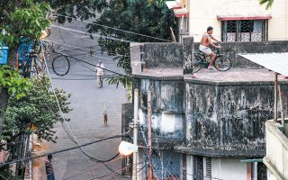 Με τέτοιο δίκτυ καλωδίων να τον προστατεύει, ο Ινδός ποδηλάτης έχει σοβαρές πιθανότητες επιβίωσης σε περίπτωση πτώσης. Αρκεί να μην αρπαχτεί από το λάθος καλώδιο και γίνει ψητός. Φαντάζομαι, όμως, ότι θα το έχει μελετήσει το ζήτημα – δεν δείχνει άνθρωπος που θα έπαιρνε αλόγιστους κινδύνους...