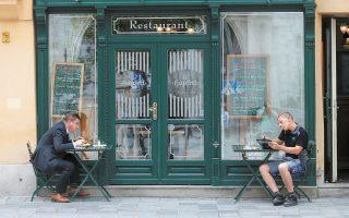 Δύο κόσμοι στο ίδιο εστιατόριο της Βιέννης. Ευδιάκριτη η ανησυχία στον ευτραφή κύριο αριστερά – προφανώς για τις μπουκιές του. Πρέπει να πεινάει πολύ...