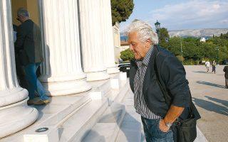 Η φωτογραφία δείχνει τον Θανάση Παπαχριστόπουλο του ΣΥΡΙΖΑ προσερχόμενο στη Βουλή, χθες. Αν, όμως, παρατηρήσουμε τις φωτογραφίες του αργότερα, όταν βρίσκεται μέσα στο βουλευτήριο, θα διαπιστώσουμε ότι έχει αλλάξει ρούχα και φοράει ένα μαύρο κοντομάνικο πουκάμισο, και μάλιστα εμφανώς τσαλακωμένο. Προφανώς ζεσταίνεται πολύ και γι' αυτό κουβαλάει πάντα μια αλλαξιά στο τσαντάκι του...