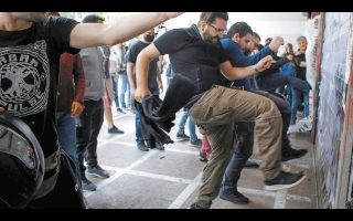 Οι συνδικαλιστές του ΚΚΕ χορεύουν καν-καν μπροστά από το υπουργείο Εργασίας.