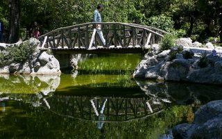 Στην Αθήνα, ελεύθερη είναι πλέον η πρόσβαση σε όλα τα πάρκα και στους χώρους πρασίνου, μεταξύ των οποίων ο Εθνικός Κήπος.