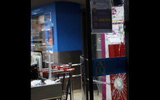 Αγνωστοι προκάλεσαν φθορές σε βιτρίνες σούπερ μάρκετ και τραπεζών στην Κυψέλη, χωρίς πάντως τα επεισόδια να γενικευθούν.