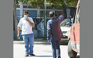 Χθες, ελήφθησαν περισσότερα από 600 δείγματα στον οικισμό Ρομά στη Νέα Σμύρνη της Λάρισας προκειμένου να ανιχνευθεί πλήρως η εξάπλωση της νόσου στον πληθυσμό.