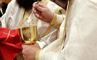 Από την Κυριακή η Θεία Λειτουργία θα επιτρέπεται, όχι όμως η Θεία Ευχαριστία με τη μέθοδο της Αγίας Λαβίδας για τους ορθοδόξους.