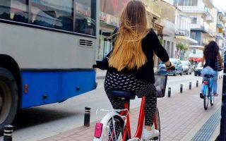 Η Καρδίτσα έχει ένα δίκτυο ποδηλατοδρόμων συνολικά 15 χλμ. (τα 7 χλμ. στο κέντρο), ενώ στην πόλη κυκλοφορούν πάνω από 20.000 ποδήλατα.