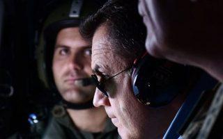 Ο υπουργός Εθνικής Αμυνας Ν. Παναγιωτόπουλος κατά τη διάρκεια της πτήσης προς Οινούσσες, Παναγιά, Αγαθονήσι και Φαρμακονήσι, την περασμένη Κυριακή.