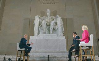Στη σκιά του Αβραάμ Λίνκολν, ο Ντόναλντ Τραμπ υπεραμύνεται των πεπραγμένων του στη διαχείριση της πανδημίας.