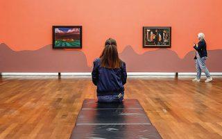 Αραιά στέκονται οι επισκέπτες στην έκθεση του μουσείου Φρίντερ Μπούρντα στο Μπάντεν Μπάντεν της Γερμανίας.