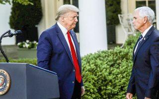 Ο Ντόναλντ Τραμπ στρέφεται προς τον Μάικ Πενς μετά το πέρας συνέντευξης Τύπου στον κήπο του Λευκού Οίκου.