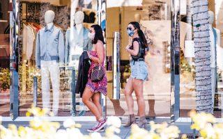 Κορίτσια με προστατευτικές μάσκες σε μαγαζιά του Μπέβερλι Χιλς, στην Καλιφόρνια, όπου τα προστατευτικά μέτρα χαλάρωσαν περαιτέρω.