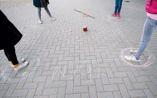 Μαθήτριες τηρούν τους κανόνες των μεταξύ τους αποστάσεων σε προαύλιο σχολείου του Αμβούργου, στη Γερμανία.