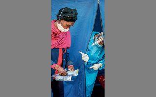 Στο Γιοχάνεσμπουργκ της Ν. Αφρικής οι πολίτες υποβάλλονται σε τεστ για κορωνοϊό, HIV και φυματίωση.