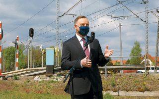 Ο Πολωνός πρόεδρος Αντρέι Ντούντα δίνει συνέντευξη Τύπου στο χωριό Τζοζεφίν, στα κεντρικά της χώρας.