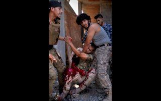 Τραυματίας μαχητής της μονάδας Σέλμπα, συμμάχου της αναγνωρισμένης κυβέρνησης της Λιβύης.
