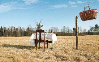 Ζευγάρι στη Σουηδία άνοιξε ένα εστιατόριο ασφαλές έναντι του κορωνοϊού, όπου το φαγητό σερβίρεται σε καλάθι.