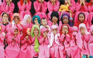 Φωτογραφία αρχείου με παιδιά που προσεύχονται έξω από το ροζ τζαμί στο Νταού Σαούντι Αμπατουάν των Φιλιππίνων.