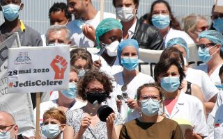 Γάλλοι νοσηλευτές και γιατροί ζητούν καλύτερες συνθήκες εργασίας.