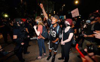 Διαδηλωτές έξω από το Καπιτώλιο του Ντένβερ.