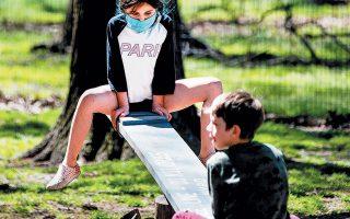 Παιδιά κάνουν τραμπάλα σε πάρκο του Μπρούκλιν στη Νέα Υόρκη.