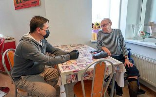 Ο κυβερνήτης της Μόσχας, Αντρέι Βορόμπιεφ, σε χθεσινή συνάντησή του με θύμα της φωτιάς που εκδηλώθηκε στο ρωσικό γηροκομείο.