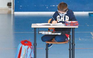 Μαθητής δημοτικού σε σχολείο της Μποργκοσέζια στην Ιταλία, όπου ο ακροδεξιός δήμαρχος αψήφησε την απαγόρευση επαναλειτουργίας των σχολείων.