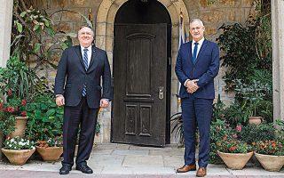 Ο Αμερικανός υπουργός Εξωτερικών Μάικ Πομπέο (αριστερά) κατά τη χθεσινή συνάντηση με τον Μπένι Γκαντς στην Ιερουσαλήμ.