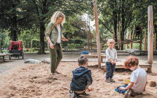 Παιδιά παίζουν σε παιδική χαρά του Μονάχου κρατώντας αποστάσεις.