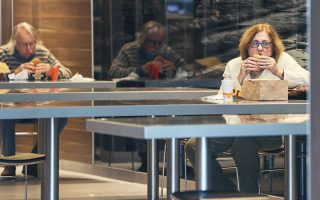 Πελάτες κάθονται σε εστιατόριο την πρώτη μέρα της άρσης των περιορισμών στη Νέα Νότια Ουαλλία της Αυστραλίας. Ο μέγιστος αριθμός είναι δέκα άτομα ταυτόχρονα.