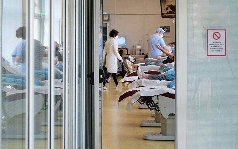 Κορωνοϊός: Θετικές ενδείξεις, αλλά και ερωτηματικά για τη θεραπεία με πλάσμα αίματος
