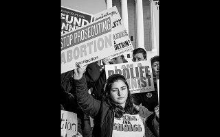 Στιγμιότυπο περυσινής διαδήλωσης υπέρ του δικαιώματος των γυναικών στην άμβλωση έξω από το ανώτατο δικαστήριο των ΗΠΑ.