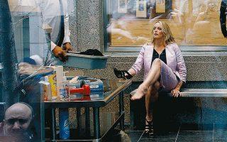 Φωτογραφία αρχείου της Στόρμι Ντάνιελς, η οποία ξαναβάζει τα παπούτσια της έπειτα από έλεγχο ασφαλείας σε δικαστήριο του Μανχάταν.