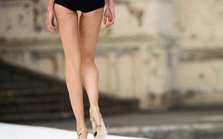 Ενα μοντέλο κάνει πασαρέλα σε επίδειξη οίκου μόδας στο Λονδίνο.