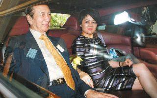Ο δισεκατομμυριούχος Στάνλεϊ Χο και η σύζυγός του Αντζελα αναχωρούν από καζίνο του στο Χονγκ Κονγκ το 2008.