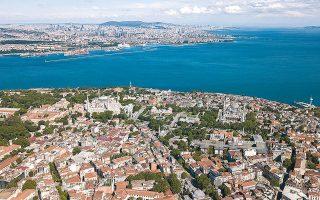 Γενική άποψη της Κωνσταντινούπολης εν μέσω πανδημίας, με την Αγία Σοφία και το Μπλε Τζαμί να δεσπόζουν (φωτ. EPA).