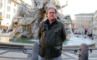 Ο Στιβ Μπάνον σε πρόσφατη επίσκεψή του στην Πιάτσα Ναβόνα της Ρώμης στην Ιταλία.