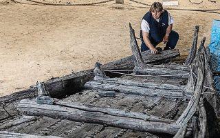 Ο αρχαιολόγος Μιομίρ Κόρατς εξετάζει το κέλυφος του ρωμαϊκού πλοίου, μήκους εννέα μέτρων, που χρονολογείται από τον 3ο αιώνα (φωτ. REUTERS).