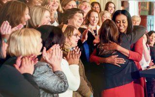 Η Μισέλ Ομπάμα μοίρασε μπόλικες αγκαλιές στη διάρκεια της περιοδείας της για το «Becoming», κυρίως σε γυναίκες που πραγματικά τη λατρεύουν.