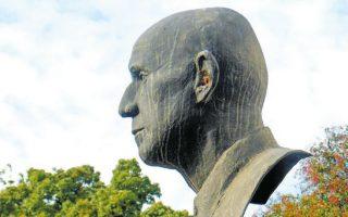 Η προτομή του μαέστρου Δημήτρη Μητρόπουλου είναι δημιουργία του γλύπτη Θανάση Απάρτη (1899-1972).