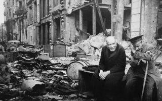 Δύο Γερμανοί στα συντρίμμια της βομβαρδισμένης πόλης, το 1945. Το Βερολίνο επιλέγει ο Μπουρούμα ως αρχή και επίλογο του βιβλίου του.