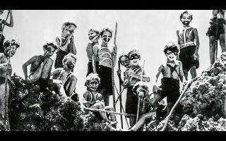 Στιγμιότυπο από τον πρώτο –ακολούθησε και δεύτερος το 1990– κινηματογραφικό «Αρχοντα των μυγών» (1963), του Πίτερ Μπρουκ.