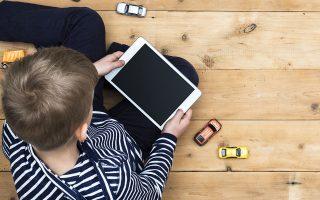 «Η απουσία σχολείου και εξωσχολικών δραστηριοτήτων είχε ως αποτέλεσμα πολλά παιδιά να καταφύγουν στη χρήση ηλεκτρονικών υπολογιστών, τάμπλετ και βιντεοπαιχνιδιών προκειμένου να απασχοληθούν, δημιουργώντας υπόβαθρο για ενδεχόμενο μελλοντικό εθισμό στα παιχνίδια και στο Διαδίκτυο», τονίζει η κ. Ζωή Σιούτη.